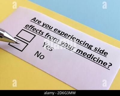 Una persona está respondiendo a la pregunta sobre el efecto secundario del medicamento.