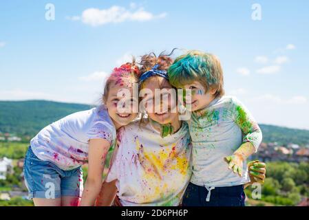 Niños jugando colores, celebrando holi. Retrato de un niño disfrutando de su pintura. Foto de stock