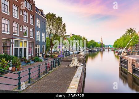 Calles y canales de Ámsterdam durante el atardecer, temporada de verano. Sint Antoniesluis, destino turístico popular.