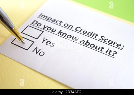 Una persona está respondiendo a la pregunta sobre la puntuación de crédito.