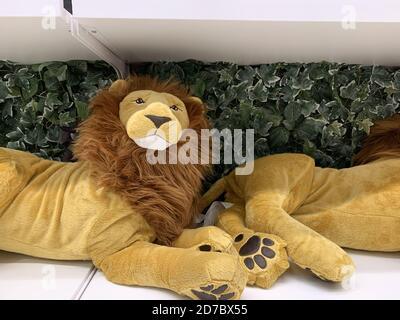 Dos juguetes de león rellenos en una estantería