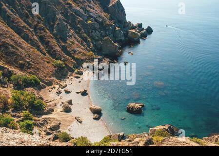 Vista soleada de la playa salvaje en el Mar Negro.