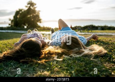 Jóvenes amigas relajándose en el campo mientras pasan el fin de semana juntos