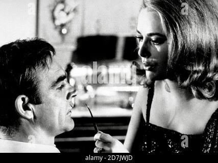 James Bond película retrospectiva / Estudio Publicidad todavía: 'Usted solo vive dos veces,' sean Connery, Karin Dor (1967) United Artists / File Reference # 34000-642THA Foto de stock