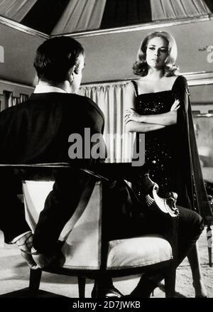 James Bond película retrospectiva / Estudio Publicidad todavía: 'Usted solo vive dos veces,' sean Connery, Karin Dor (1967) United Artists / File Reference # 34000-579THA Foto de stock