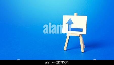 Caballete con una flecha izquierda azul. Dirección a la derecha. Publicidad, que indica la ubicación del objeto de tienda. Minimalismo. Navegación, c