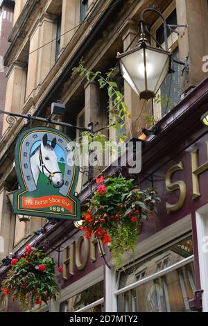 Señalización por encima de la entrada al famoso Horseshoe Bar en el centro de la ciudad de Glasgow, Escocia, Reino Unido