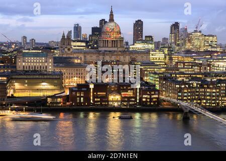"""La cúpula de la Catedral de San Pablo en la ciudad de Londres, vista aquí desde el otro lado del río Támesis, con la proyección del """"Anciano de días"""" de William Blake, L."""