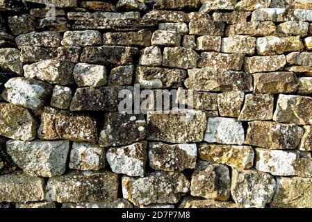 La textura de la pared de ladrillo vieja erosionada - la pared de la roca sin costuras patrón de fondo de textura