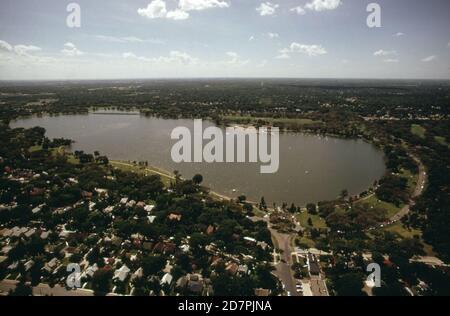 Vista aérea muestra un denso desarrollo alrededor del Lago Nokomis de la ciudad (en o cerca de Minneapolis) CA. 1973