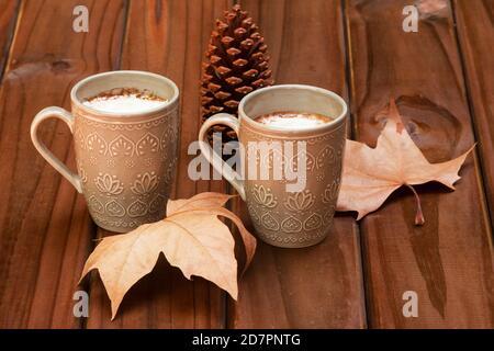 Café, pinar y hojas de otoño