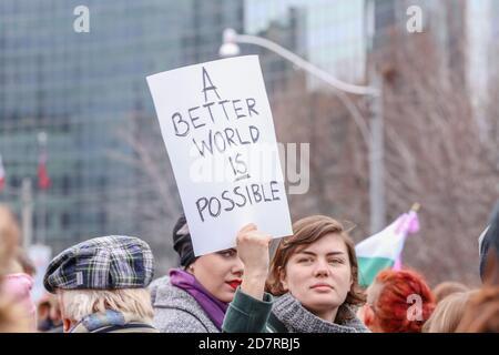 Un manifestante sosteniendo un cartel expresando su opinión durante la manifestación.miles de mujeres y sus aliados marcharon en apoyo de la marcha de las mujeres en Washington.