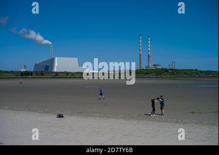 COVID-19 Ciudad de Dublín del Sur. La gente ejercitando en el capítulo de Sandymount en el sur Co. Dublín. Foto de stock