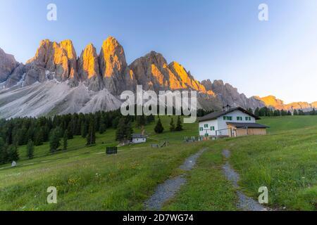 Montañas Sass Rigais, Furchetta y Odle al atardecer vista desde la cabaña Glatsch Alm, Val di Funes, Tirol del Sur, Dolomitas, Italia