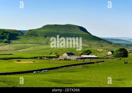 El flanco sur de Mam Tor en Castleton, visto desde la entrada del eje de Oxlow Cavern, mostrando claramente las murallas de la Fortaleza de la Edad de Bronce.