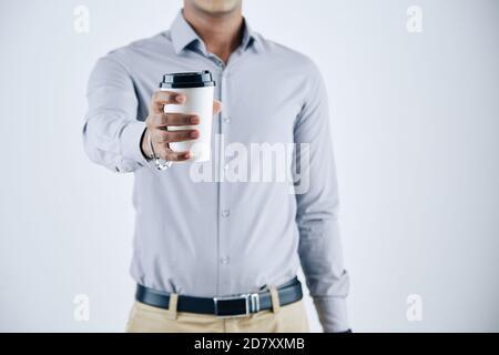 Hombre de negocios dando café