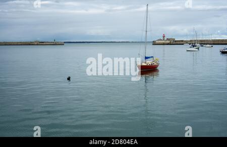 Dun Laoghaire. Las casi tranquilas aguas de Dun Laoghaire, puerto en Dublín, Irlanda con yates amarrados cerca de la desembocadura del puerto. Foto de stock