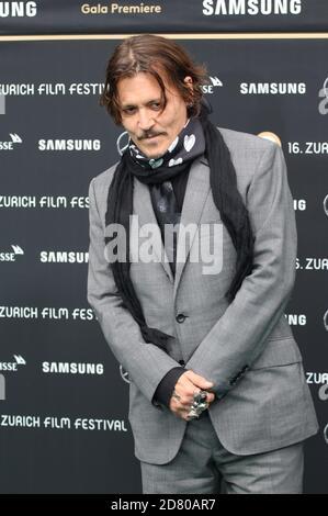 Johnny Depp asiste al estreno de 'Crock of Gold: A few rounds with Shane McGowan' durante el 16 Festival de Cine de Zurich en Kino Corso el 02 de octubre de 2020 en Zurich, Suiza.