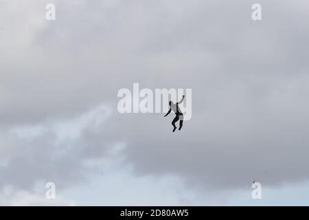 DISTANCIA de modificación DE RETRANSMISIÓN alcanzada en salto a 40m. El ex paracaidista John bream intenta obtener el récord de salto más alto sin paracaídas saltando a 40m de un helicóptero al mar frente a Hayling Island en Hampshire.