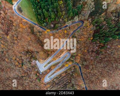 Temporadas concepto invierno o otoño Vista aérea de la carretera Winding serpentina de un alto paso de montaña en el pueblo de mosel Brodenbach Alemania