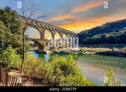 El antiguo acueducto romano en Pont du Gard a través del río Gardon en la región de Provenza del sur de Francia.