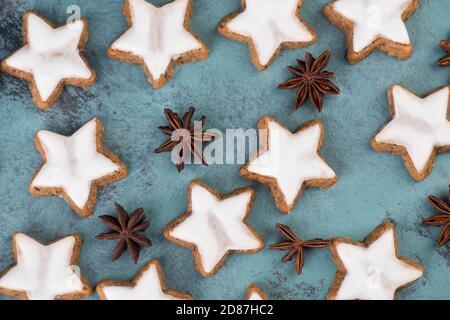 Estrellas de canela, galletas navideñas tradicionales alemanas, pan de jengibre, espacio vacío de copia