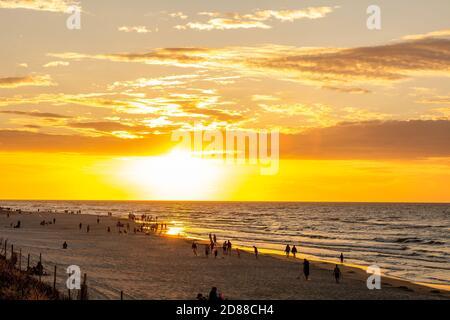 Hermosa puesta de sol en el Mar Báltico en Karwia (Polonia)