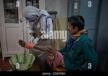 Kolkata, India, enero de 2008. La monja de la madre Teresa trabaja en su centro ayudando a la gente. Foto de stock