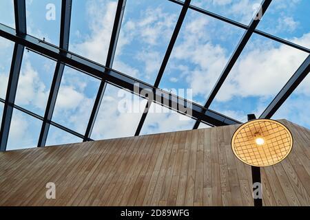 Diseño abstracto moderno de techo con techo abierto en estilo nórdico. Concepto de detalle de diseño interior