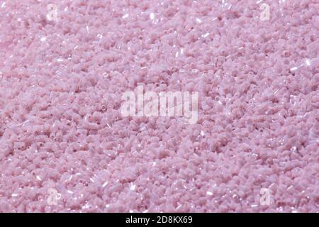 Hermoso conjunto de color rojo púrpura y cordones en una caja transparente sobre un fondo de color rosa esponjosa suave rojo decorado con brillantes lentejuelas.