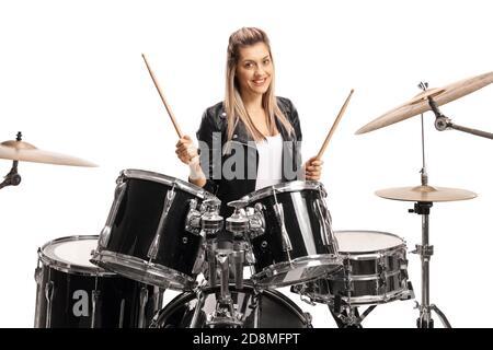 Mujer baterista sonriendo y sosteniendo un par de tambores aislados sobre fondo blanco