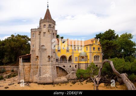 Cascais, Portugal - 7 de agosto de 2018: Construcción del museo Conde Castro Guimaraes en los bonitos jardines de Jardim Marechal Carmona.