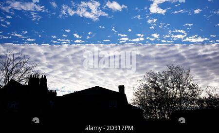 Una formación de nubes de línea recta excepcional sobre los edificios en la ciudad de York, Reino Unido, 2 de noviembre de 2020