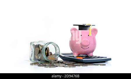 El dinero sale de las botellas de almacenamiento y de las tapas de los graduados colocadas en bancos piggy sobre fondo blanco. Concepto de educación y finanzas.