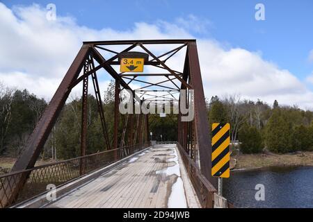 Estrecho puente de un carril en la zona rural de Ontario, entre Milton y Marsville. Puente sobre el Gran Río. Foto tomada en abril de 20, durante una conducción
