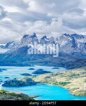 Vista de los cuernos de las montañas del Pine y del Lago Pehoe, Parque Nacional Torres del Pine, Chile, Sudamérica Foto de stock