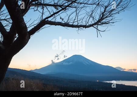 Puesta de sol Fuji fujisan al atardecer desde el lago yamanaka en Yamanashi Japón.