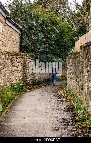 mujer caminando en un estrecho pasillo