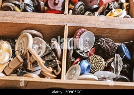 Botones antiguos bastante únicos en la caja de madera