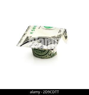 Dinero Graduation Cap — concepto de préstamo estudiantil aislado sobre fondo blanco.