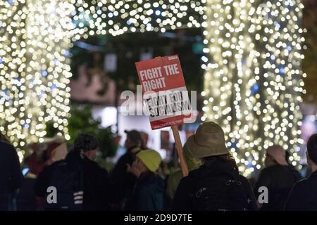 Seattle, EE.UU. 4 de noviembre de 2020. Temprano en la noche, lucha por el Socialismo firmar en un Kshama Sawant Seattle Solidarity rally en Westlake Park. Kshama es el único socialista en el Ayuntamiento de Seattle. Crédito: James Anderson/Alamy Live News