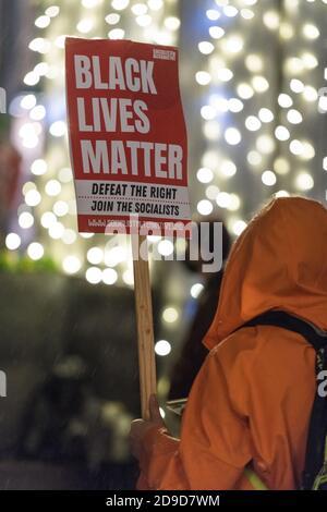 Seattle, EE.UU. 4 de noviembre de 2020. Temprano en la noche, BLM firma en un Kshama Sawant Seattle Solidarity rally en Westlake Park. Kshama es el único socialista en el Ayuntamiento de Seattle. Crédito: James Anderson/Alamy Live News