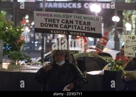 Seattle, EE.UU. 4 de noviembre de 2020. Temprano en la noche, el partido socialista de la libertad hablando en el rally Kshama Sawant Seattle Solidarity en Westlake Park. Kshama es el único socialista en el Ayuntamiento de Seattle. Crédito: James Anderson/Alamy Live News
