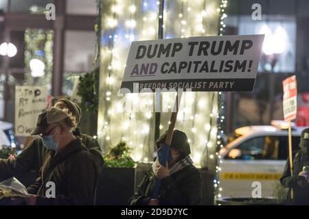 Seattle, EE.UU. 4 de noviembre de 2020. Temprano en la noche, el Partido Socialista de la Libertad en el rally Kshama Sawant Seattle Solidarity en Westlake Park. Kshama es el único socialista en el Ayuntamiento de Seattle. Crédito: James Anderson/Alamy Live News