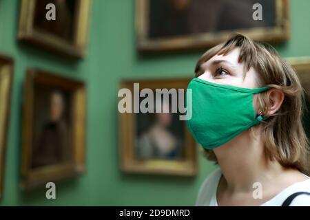 Retrato de la mujer con máscara de protección en la galería de fotos