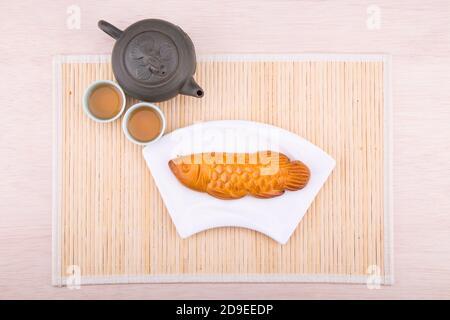 Pasteles de mooncake en forma de pescado para la celebración China de mediados de otoño con té