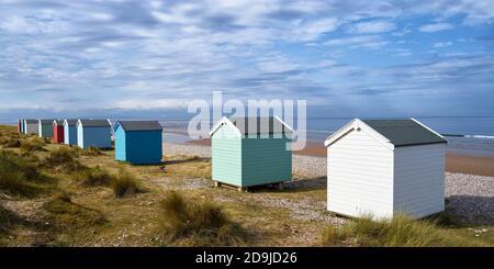 Chozas de playa Colouful en la playa Findhorn, Moray, Escocia. Panorámica