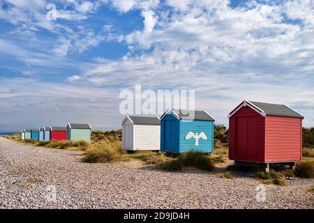 Chozas de playa Colouful en la playa Findhorn, Moray, Escocia.