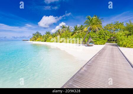Hermoso paisaje tropical de fondo, viajes de verano de lujo y vacaciones. Muelle de madera en la isla contra el cielo azul con nubes blancas, vista panorámica