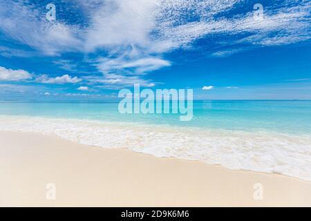 Concepto de cielo de arena marina. Paraíso de la isla tropical, vista a la playa con horizonte infinito del mar. Tranquilo y relajante paisaje natural tranquilo, olas salpicando surf